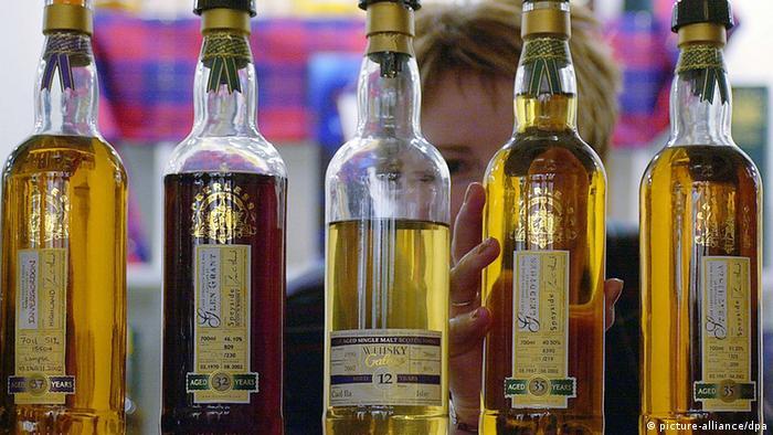 Großbritannien Schotland Wirtschaft eine Auswahl diverser Whisky Flaschen (picture-alliance/dpa)