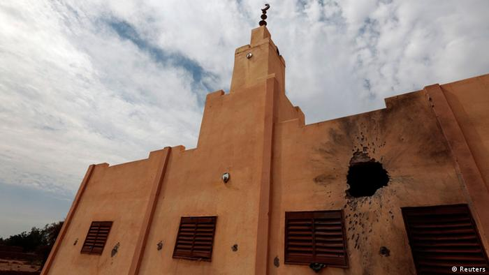 A mosque damaged in recent fighting between French-backed Malian troops and al Qaeda-linked militants is seen in the recently liberated town of Konna January 27, 2013. REUTERS/Eric Gaillard (MALI - Tags: CONFLICT MILITARY POLITICS RELIGION)
