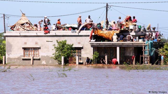 Cheias em Chokwe obrigam a população a buscar abrigo no telhado das casas