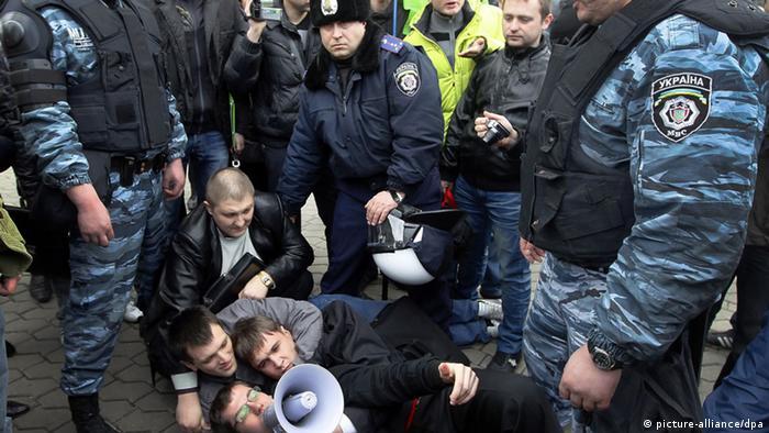 Столкновение гражданских активистов с милицией на Украине