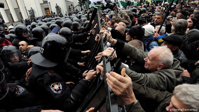 Украинские спецназовцы и протестующие рядом со зданием Рады (фото из архива)