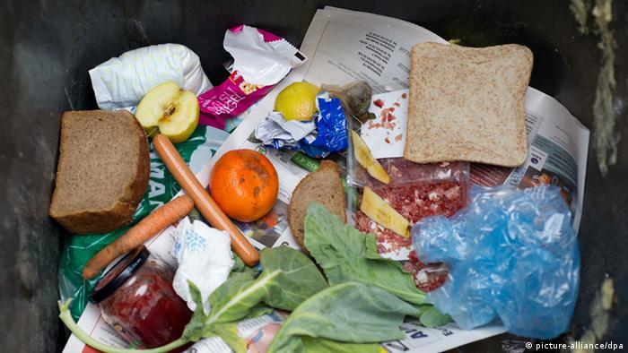 Lebensmittel in einer Mülltonne (Foto: picture alliance).