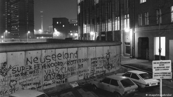 Bildnummer: 54624293 Datum: 10.11.1985 Copyright: imago/imagebroker Blick über die Berliner Mauer 1985, Blick auf Fernsehturm, Alexanderplatz im Ostteil Berlins.