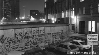 Blick über die Berliner Mauer 1985, Blick auf Fernsehturm, Alexanderplatz im Ostteil Berlins.