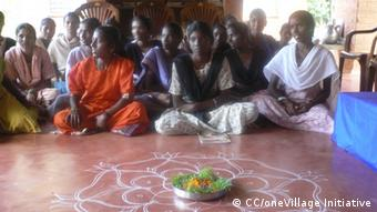 Residents of Auroville gather (Foto: CC/oneVillage Initiative)