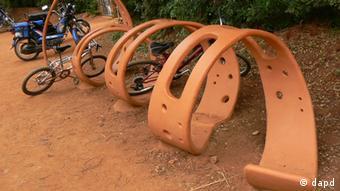 Auroville se ha propuesto librarse de los gases de escape de los coches. Por ello, muchos residentes andan en bicicleta. Sin embargo, las motocicletas están muy bien representadas entre la población.