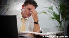 Mann am Arbeitsplatz Symbolbild Stress am Arbeitsplatz 38944067