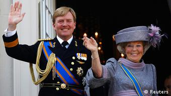 Kraljica Beatrix i princ Willem Alexander Netherlands' Queen Beatrix (R) and her son Crown Prince Willem-Alexander wave to well-wishers from the balcony of the Royal Noordeinde Palace after opening the new parliamentary year in The Hague in this September 21, 2010 file photo. Dutch Queen Beatrix, who turns 75 on January 31, 2013, announced she was abdicating in favour of her son, Prince Willem-Alexander, telling her country it was time to hand the crown to the next generation after more than three decades on the throne. REUTERS/Jerry Lampen/Files (NETHERLANDS - Tags: POLITICS ROYALS)