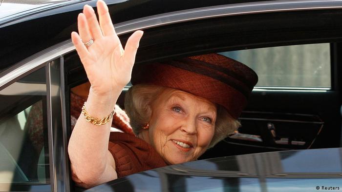Mbretëresha e Hollandës Beatrix ia dorëzon fronin të birit