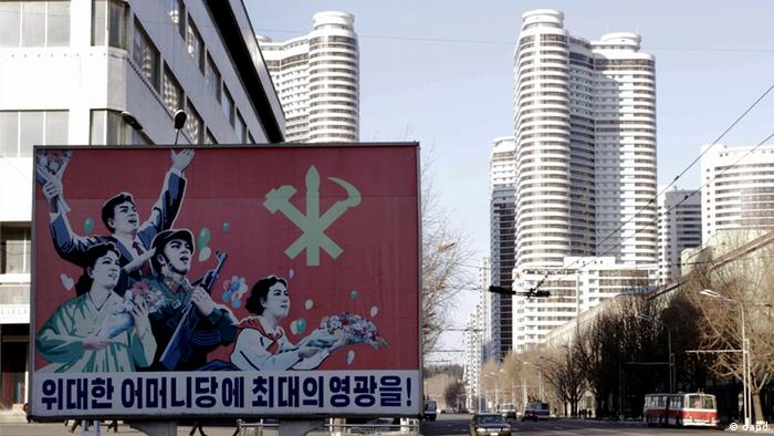 A board which reads Highest Glory to the Great Mother Party, is posted in Changjon Street, Central District of Pyongyang, North Korea, Friday Jan, 25, 2013. Following new U.N. sanctions punishing North Korea for a December rocket launch, North Korea warned that it would continue launching long-range rockets and conduct a nuclear test. (Foto:Kim Kwang Hyon/AP/dapd)