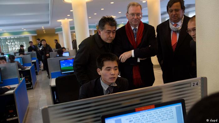 Executive Chairman of Google, Eric Schmidt, third from left, and former New Mexico governor Bill Richardson, second from right, watch as a North Korean student surfs the Internet at a computer lab during a tour of Kim Il Sung University in Pyongyang, North Korea (Photo:David Guttenfelder/AP/dapd)