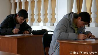 Трудовые мигранты в Москве сдают экзамен на знание русского языка