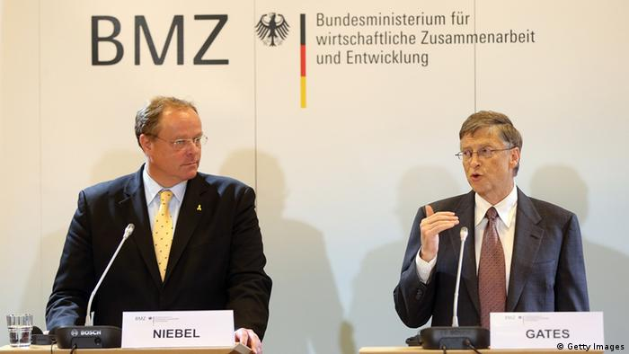 Dirk Niebel und Bill Gates in Berlin (Foto: Getty Images)