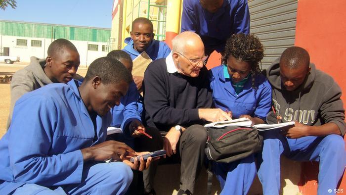 SES-Experte Bernd Vermehr in Namibia im Gespräch mit Auszubildenden im Metallhandwerk (Foto: SES)