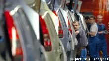 Ein Mitarbeiter des Autoherstellers Ford kontrolliert im Werk in Köln in der Endproduktion die Karosserie eines Fiesta (Archivfoto vom 13.01.2005). Die Ford-Werke wollen bis Jahresende in Köln mehr als 1000 Stellen abbauen. Das berichtet der «Kölner Stadt-Anzeiger» (04.11.2005). Die Zahl der Beschäftigten würde damit von jetzt 19 000 auf unter 18 000 sinken. Das Werk Saarlouis hinzugerechnet, könnten bei Ford in Deutschland gut 1300 Jobs verschwinden. In einem Schreiben an die Beschäftigten verweise die Geschäftsführung auf die anhaltend schlechten Ergebnisse des US-Mutterkonzerns und auf ein «weiterhin schwieriges wirtschaftliches Umfeld». Dies mache umfangreiche Restrukturierungsmaßnahmen erforderlich. Foto: Oliver Berg dpa/lnw +++(c) dpa - Bildfunk+++