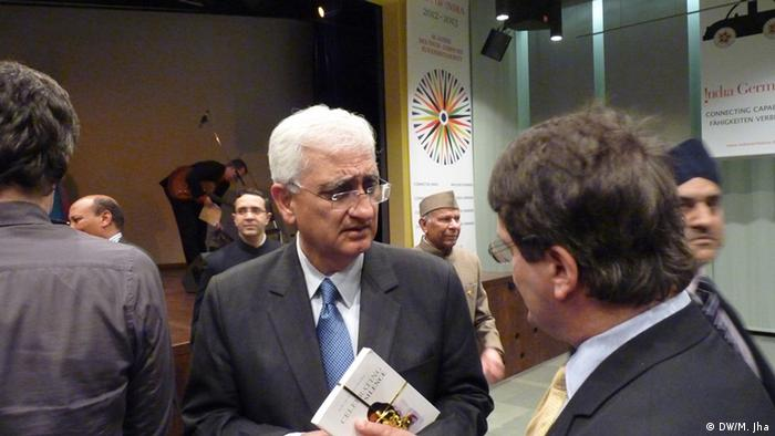+++ Achtung: Wegen der schlechten Qualität nicht als Artikelbild oder im Karussell verwenden! +++ Süd-Ost Asien Redaktionsleiter Grahame Lucas in conversation with Indian Foreign Minister Salman Khurshid at India' Repuplic Day Reception in Indian Embassy Berlin Foto: DW/Mahesh Jha, 26.01.2013