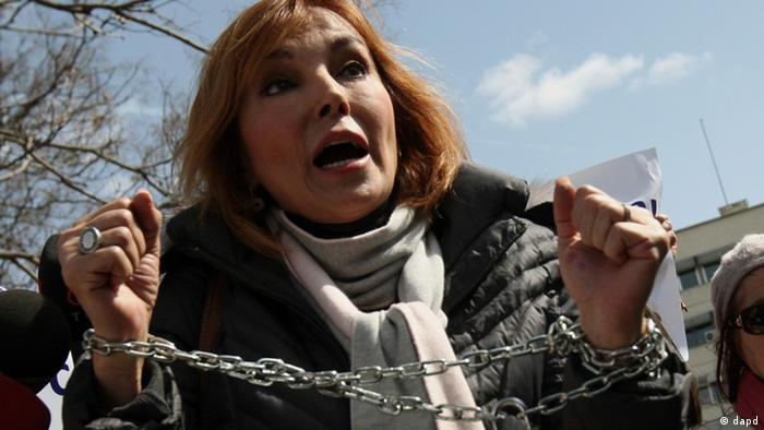 Ruhat Mengi, a Turkish journalist and human rights activist speaks, as dozens of Turkish women stage a demonstration outside the parliament to protest the rape and killing of women and children in Turkey, in Ankara, Thursday, April 14, 2011. Some of them, their arms chained, accused the state of not protecting women and children despite alarming figures on rape, and called on parliament to urgently take up the issue.The banner reads: 'Will we eternally keep quiet on the violence against women and children?'(Foto:Burhan Ozbilici/AP/dapd)