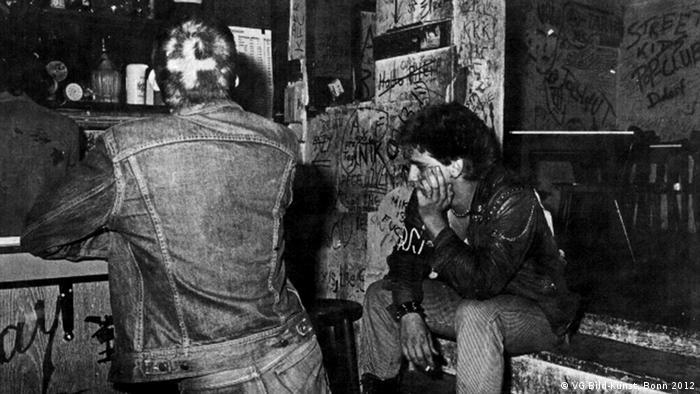 Rückenansicht Wolfgang Müller, im Chaos 1980 (aus: Blickpunkt. Das Jugend-Journal mit Durchblick, 13. November 1980), Foto: Elfi Fröhlich; © VG Bild-Kunst, Bonn 2012***Pressebild nur für die aktuelle, themengebundene Berichterstattung***via anna ilin