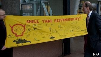 Demonstranten in Den Haag mit dem Banner: 'Shell, steh zu deiner Verantwortung!' (Foto: AP/dapd)