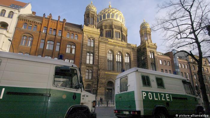 Mannschaftswagen der Polizei stehen vor dem Eingang zur Jüdischen Synagoge in Berlin. (Foto: dpa)