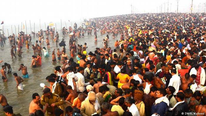Lakhs of devotees have made their religious ritual of bath at sangam at (place) Allahabad, (date) 14-01-2013; Copyright: DW/S. Waheed
