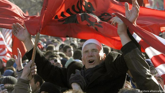 Kosovo erklärt Unabhängigkeit (picture-alliance/dpa)
