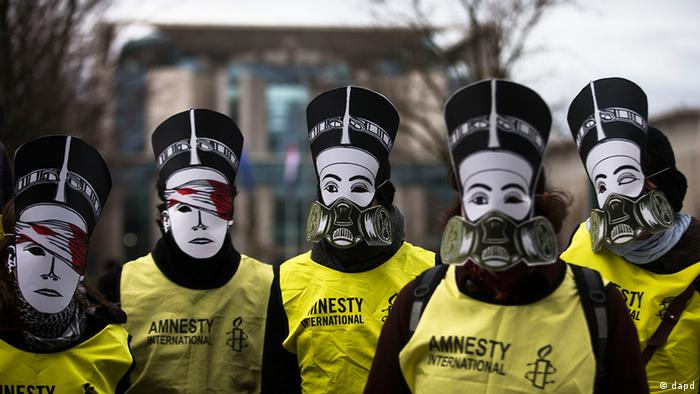 Activists of the human rights organization Amnesty International with Nefertiti masks protest in front of the chancellery against the visit of Egyptian President Mohammed Morsi prior to a meeting of him with German Chancellor Angela Merkel in Berlin, Germany, Wednesday, Jan. 30, 2013. (Foto:Markus Schreiber/AP/dapd)