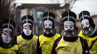 Ativistas da organização de direitos humanos Anistia Internacional protestam diante da chancelaria, em Berlim, contra a visita do presidente egípcio, Mohamed Morsi