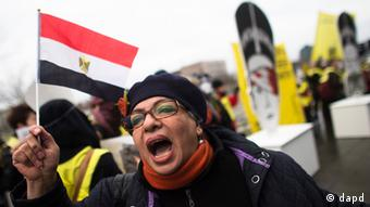 A woman holding an Egyptian flag shouts slogans during a protest in front of the chancellery against the visit of Egyptian President Mohammed Morsi prior to a meeting of him with German Chancellor Angela Merkel in Berlin, Germany, Wednesday, Jan. 30, 2013. (Foto:Markus Schreiber/AP/dapd)