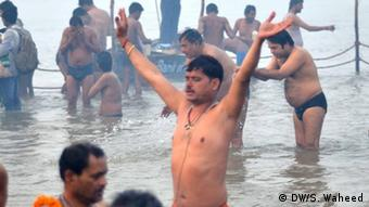 A Hindu devotee cheers after bathing at a river in Allahabad, India. (Photo: DW/S. Waheed)