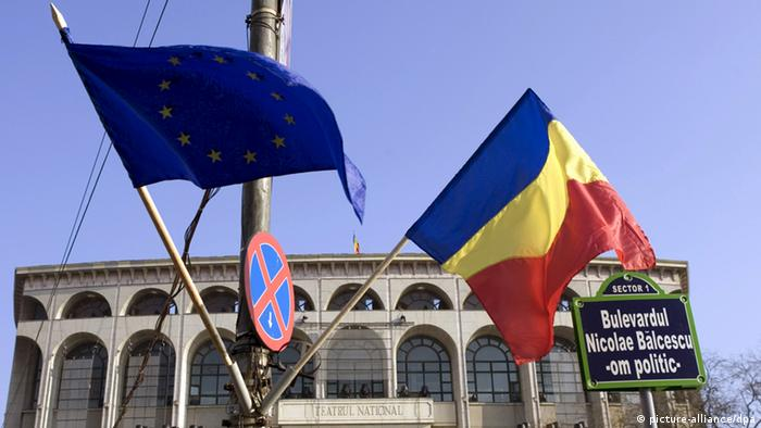 A European Union and a Romanian flag are seen at the University square on 30.12.2006 in Bucarest. Romania will join the EU the 1st of January 2007Photo Thierry Monasse +++(c) dpa - Report+++