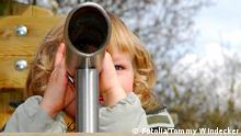 Kind mit Fernrohr