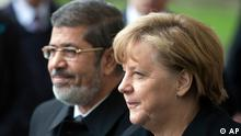 German Chancellor Angela Merkel, right, welcomes the President of Egypt Mohammed Morsi, left, for a meeting at the chancellery in Berlin, Germany, Wednesday, Jan. 30, 2013. (Foto:Michael Sohn/AP/dapd)