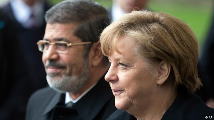 O presidente do Egito, Mohamed Morsi, foi recebido pela chanceler alemã Angela Merkel com honras militares em Berlim