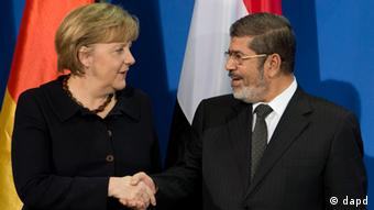Bundeskanzlerin Angela Merkel (links) und der ägyptische Präsident Mohammed Mursi reichen sich die Hände in Berlin (Foto: dapd)