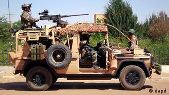 French special forces drive through the city of Gao, Northern Mali, Wednesday Jan. 30, 2013. Islamist extremists fled the city Saturday after French, Chadian and Nigerien troops arrived, ending 10 months of radical islamic control over the city.(Foto:Jerome Delay/AP/dapd)