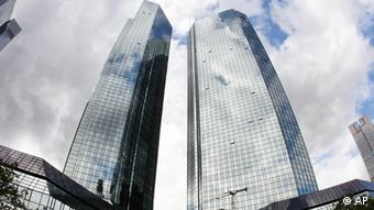 The headquarter of Deutsche Bank is photographed in Frankfurt, Germany, Tuesday, July 31, 2012, as the Bank announces to cut 1,900 jobs. (Foto:Michael Probst/AP/dapd)