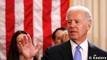 Ausschnitt von: U.S. Vice President Joe Biden (L) after taking the oath of office from Supreme Court Justice Sonia Sotomayor (R) at the U.S. Naval Observatory in Washington January 20, 2013. REUTERS/Kevin Lamarque (UNITED STATES - Tags: POLITICS)