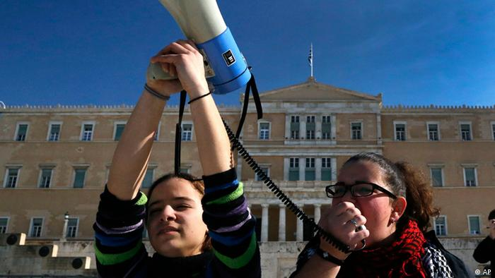 Music students shout slogans during a protest outside the Greek parliament in Athens Wednesday, Jan. 30, 2013. Students from special-curricula state schools staged the protest against government cuts that have left them without transport. (Foto:Dimitri Messinis/AP/dapd)