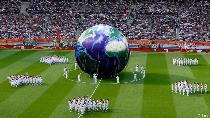 آلمان که در سال ۲۰۰۷ قهرمان جهان شده بود، در سال ۲۰۱۱ میزبانی مسابقات جام جهانی فوتبال را برعهده داشت و به همان اندازه نیز سطح انتظارات از این تیم بالا بود. تصویری از مراسم افتتاحیه این مسابقات در استادیوم المپیک برلین در حضور بیش از ۷۳ هزار تماشاگر.