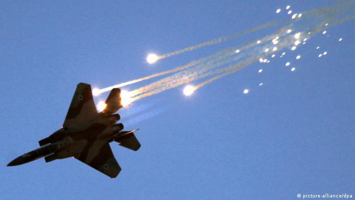(FILE) A file photograph dated 28 June 2007 showing an Israel F-15 jet fighter firing flares in order to provide alternate targets for heat-seeking ground-to-air missiles, during an exercise over an air force base in southern Israel. The Syrian Army said that Israeli aircraft struck centres for scientific research Wednesday, January 30, 2013 north-west of Damascus, near the Lebanese border, killing two people and wounding five. EPA/JIM HOLLANDER +++(c) dpa - Bildfunk+++