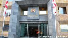Schild Georgische Regierung auf dem Gebäude georgischer Regierung in Tbilisi (Tiflis, Georgien). Thema: 100-Tage-Bilanz georgischer Regierung. Foto: DW/Amalia Ogandjanyan, Januar 2013