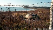 Ein fast völlig zugewachsener Panzer an der Küste der Kurileninsel Kunashiri. (Aufnahme von 1997). Die Kurileninseln zwischen der Halbinsel Kamtschatka und der japanischen Insel Hokkaido gehören zu Rußland. Sie wurden 1634 durch den Niederländer de Vries entdeckt und gehörten ab 1875 zu Japan. Im Frühjahr 1945 wurden sie von den Allierten in der Jalta-Konferenz der UdSSR zugesprochen und im August von den Sowjets besetzt. Im amerikanisch-japanischen Friedensvertrag von 1951 gab Japan alle Ansprüche auf die Inseln auf. Später forderten die Japaner allerdings die vier südlichen Inseln Habomai, Shikotan, Kunashiri und Etorofu zurück, da sie nicht zur Kurilenkette gehören würden, sonden Japans nördliche Territorien seien. Das umstrittene Gebiet wird von lediglich rund 17000 Menschen bewohnt. Auf den Inseln und im umliegenden Meeresboden werden Vorräte an wertvollen Mineralien und Metallen vermutet.