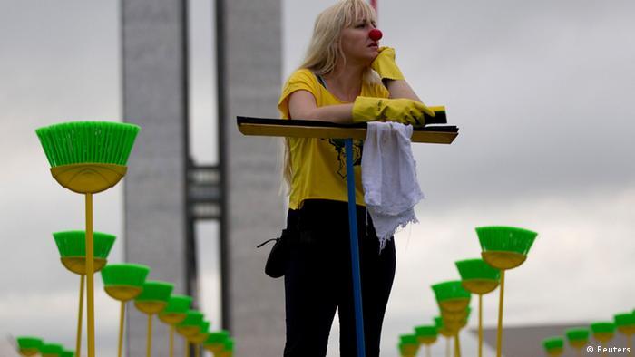 Manifestante solitária durante protesto contra a corrupção em frente ao Congresso Brasília, em 2013