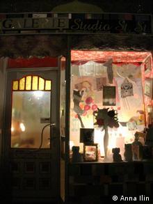 Galerie Studio St. St., Sanderstr. Berlin. Schaufenster und Tür des Galerie Studio St.St Foto: Anna Ilin, Januar 2013