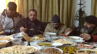 Free Syrian Army fighters regroup for a lavish meal Copyight: DW/M. Olivesi