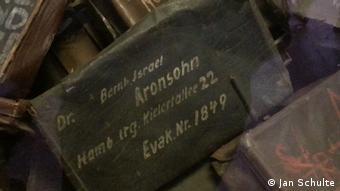 Mit dem Namen eines ehemaligen jüdischen Häftlings des KZ Auschwitz versehener Koffer (Foto: Jan Schulte)