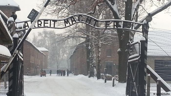 Verschneite Eingangsportal der Gedenkstätte Auschwitz mit dem Schriftzug Arbeit macht frei (Foto: Jan Schulte)