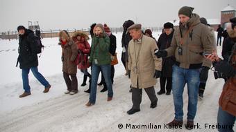 Der ehemalige polnische Häftling Jacek Zieliniewicz führt die Nachwuchsjournalisten über das Gelände der Gedenkstätte Auschwitz (Foto: Maximilian-Kolbe-Werk, Freiburg)
