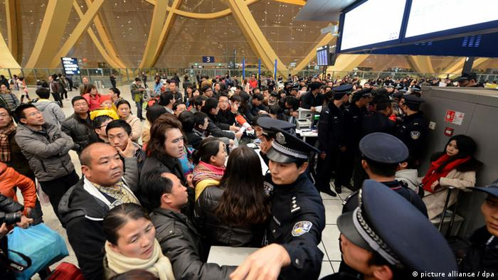 Thousands of angry passengers struggle with airline staff after heavy fog delayed flights at the Changshui International Airport in Kunming, south Chinas Yunnan province, January 4, 2013. Thousands of angry passengers were stranded after heavy fog delayed flights at a Chinese airport Friday, January 4, 2013, as the country was shivering through its coldest weather in almost three decades. Ten thousand passengers were stuck in Changshui International Airport in the southern Chinese city of Kunming after thick fog grounded more than 280 flights. Angry passengers stranded at the airport for more than a day struggled with airline staff, damaging computer equipment belonging to an airline, while police broke up scuffles, according to a photographer present at the scene late on Friday.